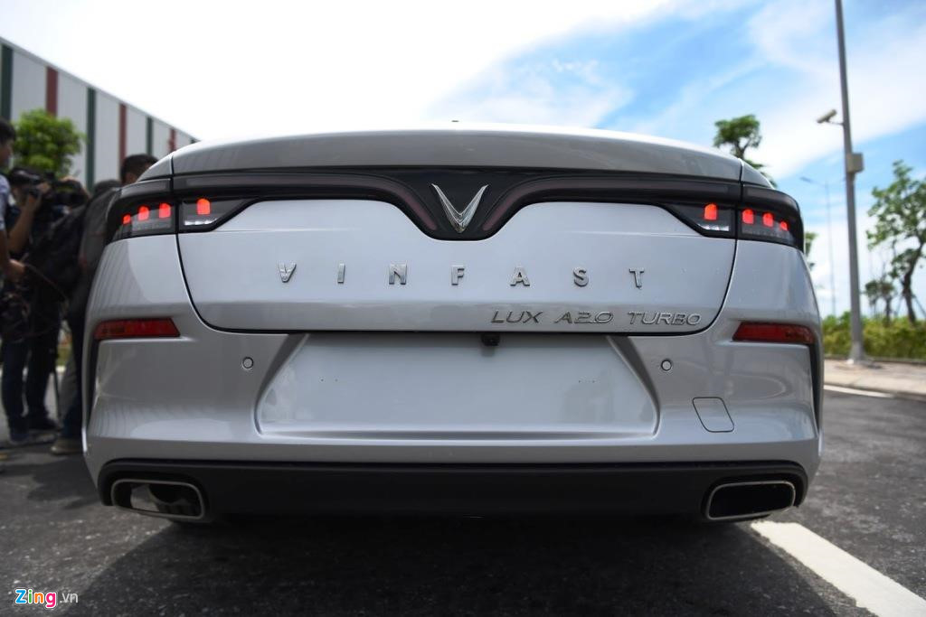 Mau sedan gia 990 trieu VinFast Lux A2.0 ban thuong mai co gi? hinh anh 5