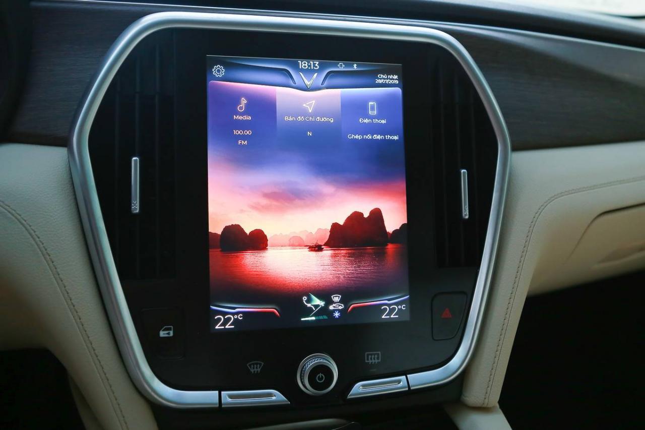 VinFast Lux A2.0 giá từ 990 triệu - 'tân binh' sedan tại Việt Nam