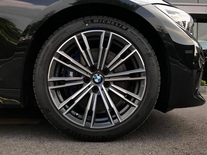 Cận cảnh BMW 330i M-Sport giá gần 2,4 tỉ đồng tại Việt Nam - ảnh 3